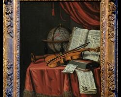 Pictura cu natura moarta cu vioara glob pamantesc si partituri asezate pe o fata de masa din catifea rosie