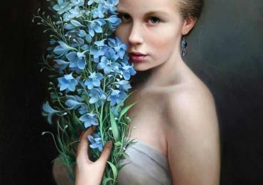 Portret de femeie cu buchet de flori albastre. Portrete figurative. Portret la comanda