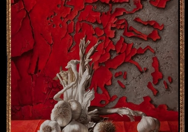 Tablou cu usturoi, , Tablou cu tema abstracta, tablou cu fundal rosu, tablou sufragerie, tablou dimensiune mare, tablou pentru bucatarie